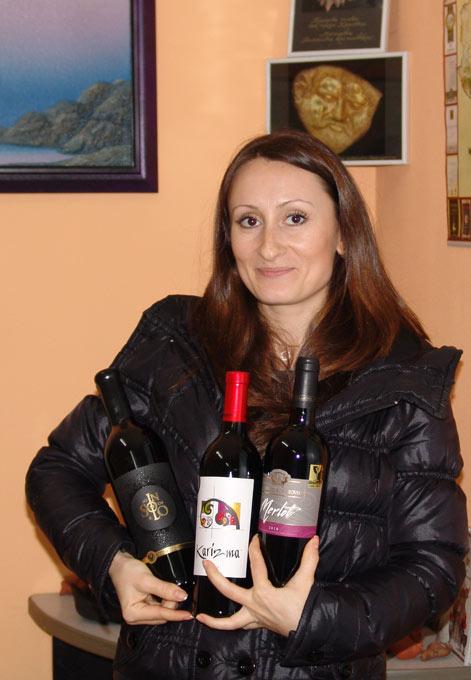 Диляна Илиева получи комплект от вина на трите наградени на Августиада 2013 винарски къщи - Стара Загора - Августиада