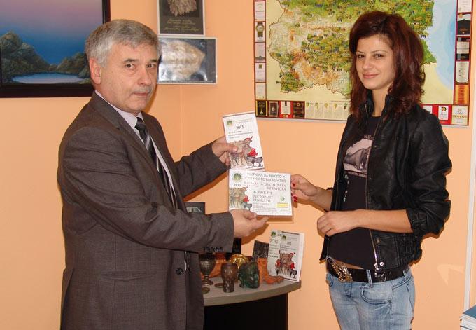 Десислава Кехайова получава наградата за участието си в Августиада